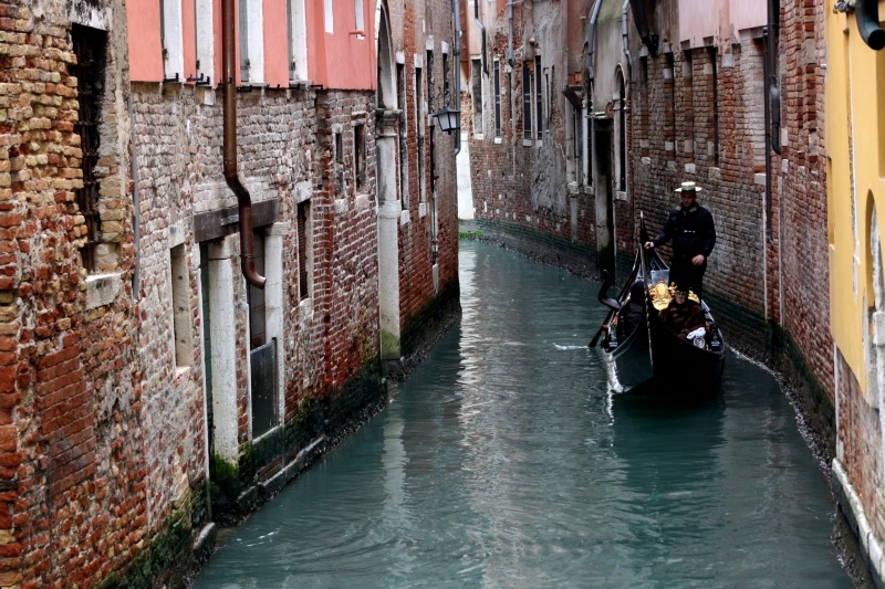 t5_venezia_gondola_tra_canali_4e1f7cf57c02c_20110715_013413